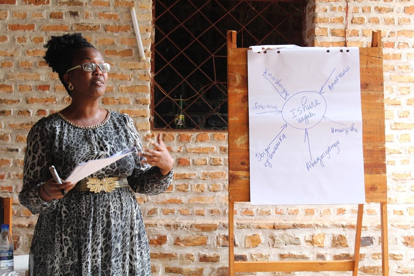 Facilitateur à Gisuru sur l'Approche Global. Photo UNFPA Burundi/Yves Iradukunda