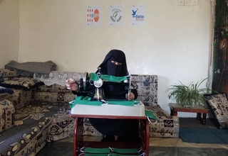 A woman at a safe space in Raymah sews face masks for her community. © RFDH/UNFPA