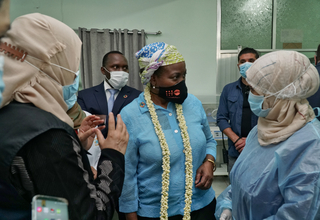 Midwife Shrook Khalid Saeed tells UNFPA Executive Director Dr. Natalia Kanem about a harrowing delivery. © UNFPA Yemen