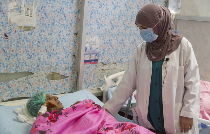 A midwife attends to a pregnant woman at UNFPA-supported Al Thawra Hospital in Hodeidah. © UNFPA Yemen