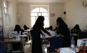 نساء يصنعن كمامات في مساحة آمنة في اليمن. © صندوق الأمم المتحدة للسكان اليمن